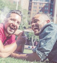 Dating-sites für männer über 50 auf der suche nach großen brüsten